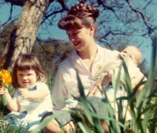 Sylvia Plath con sus hijos Frieda y Nicholas.