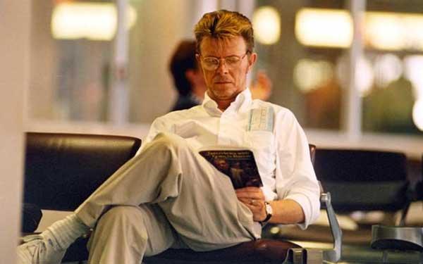Bowie lee un libro sobre Francis Bacon en una imagen de 1995.