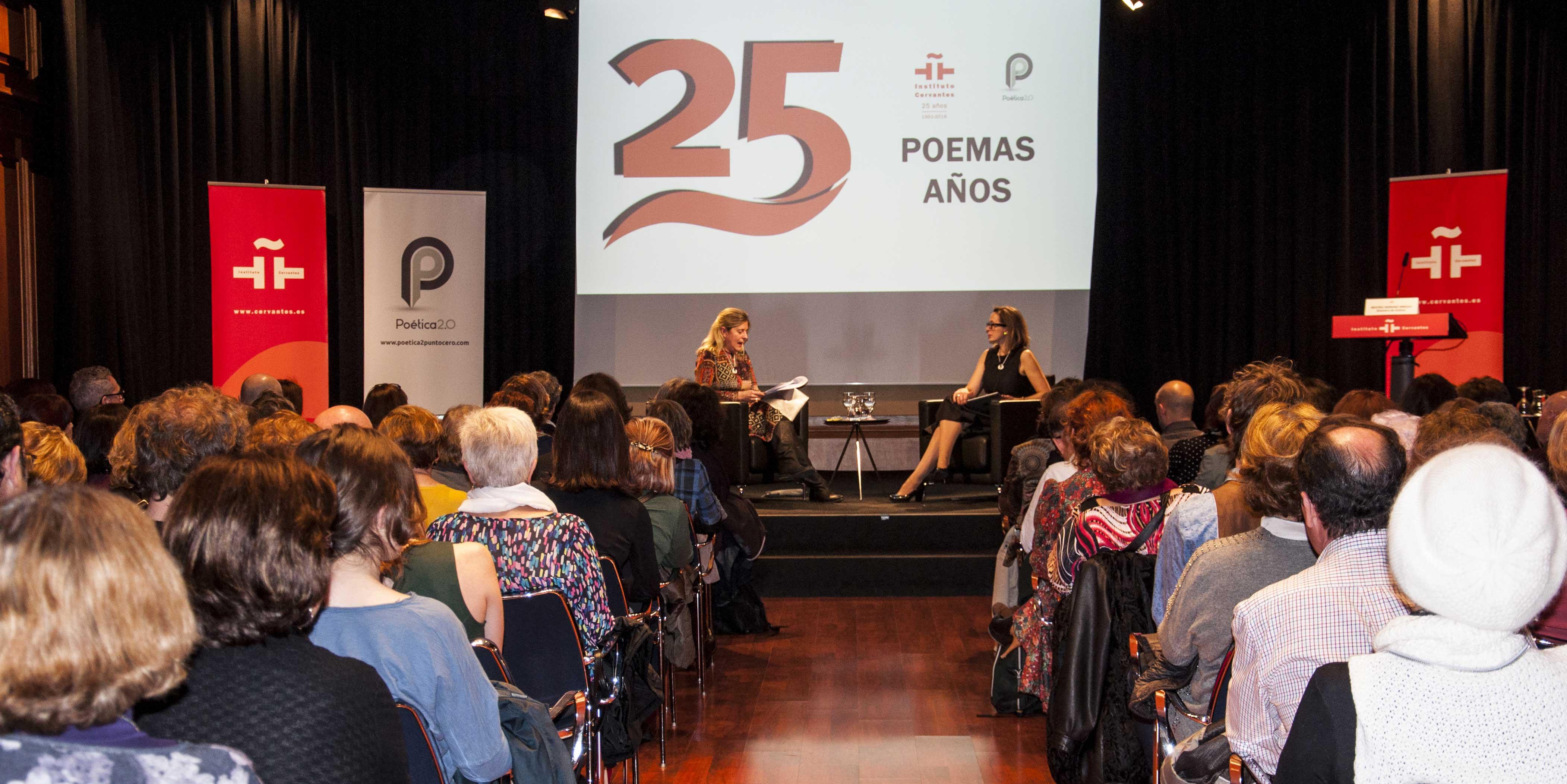 Vista del salón de actos del Instituto Cervantes en Madrid. En el escenario, Mar Gómiz (dcha.), directora de Poética 2.0, y Beatriz Hernanz, directora de Cultura del Cervantes. Reportaje gráfico de Carlos Laullón.