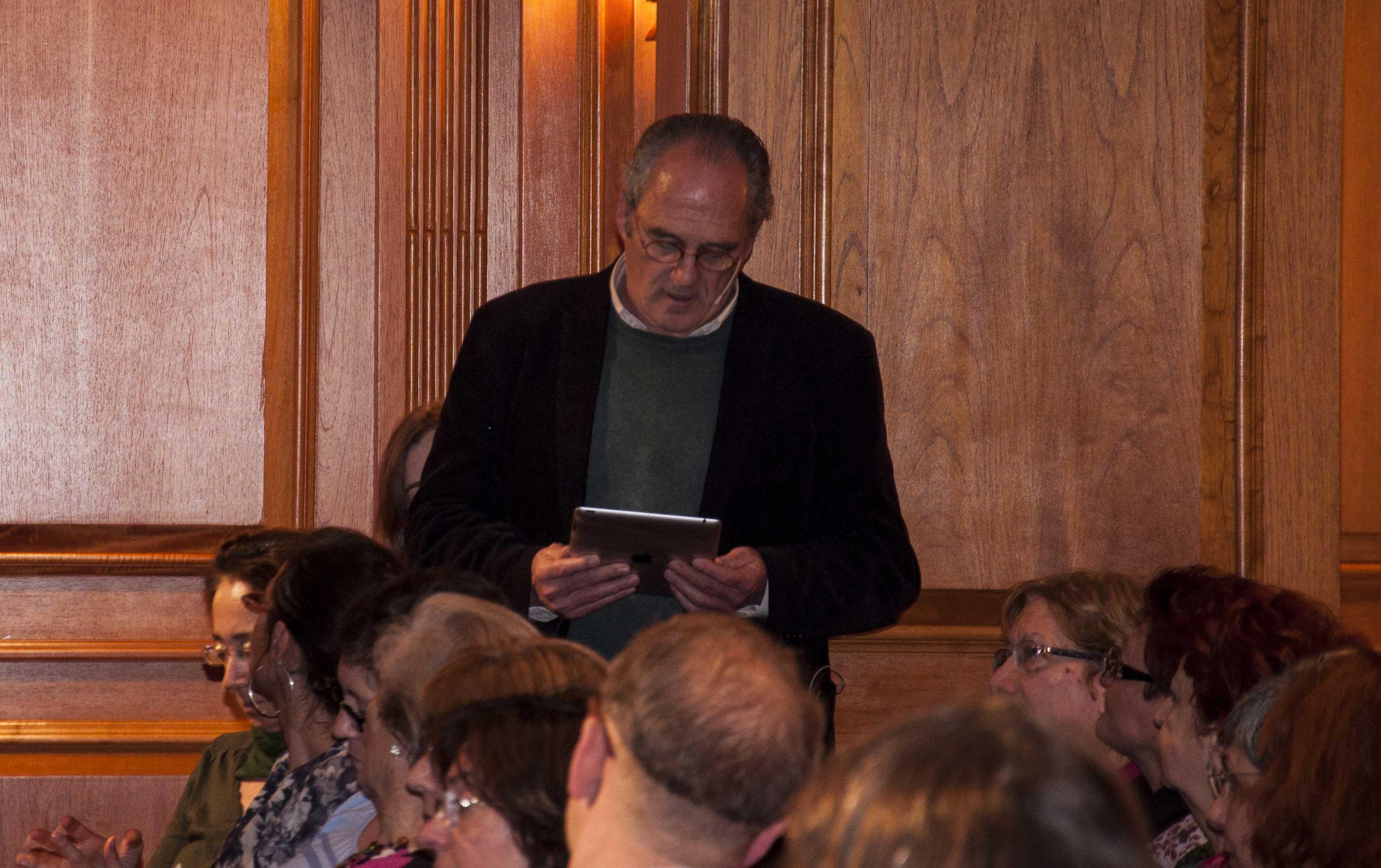Carlos Olalla recitando a Salvador Espriu.