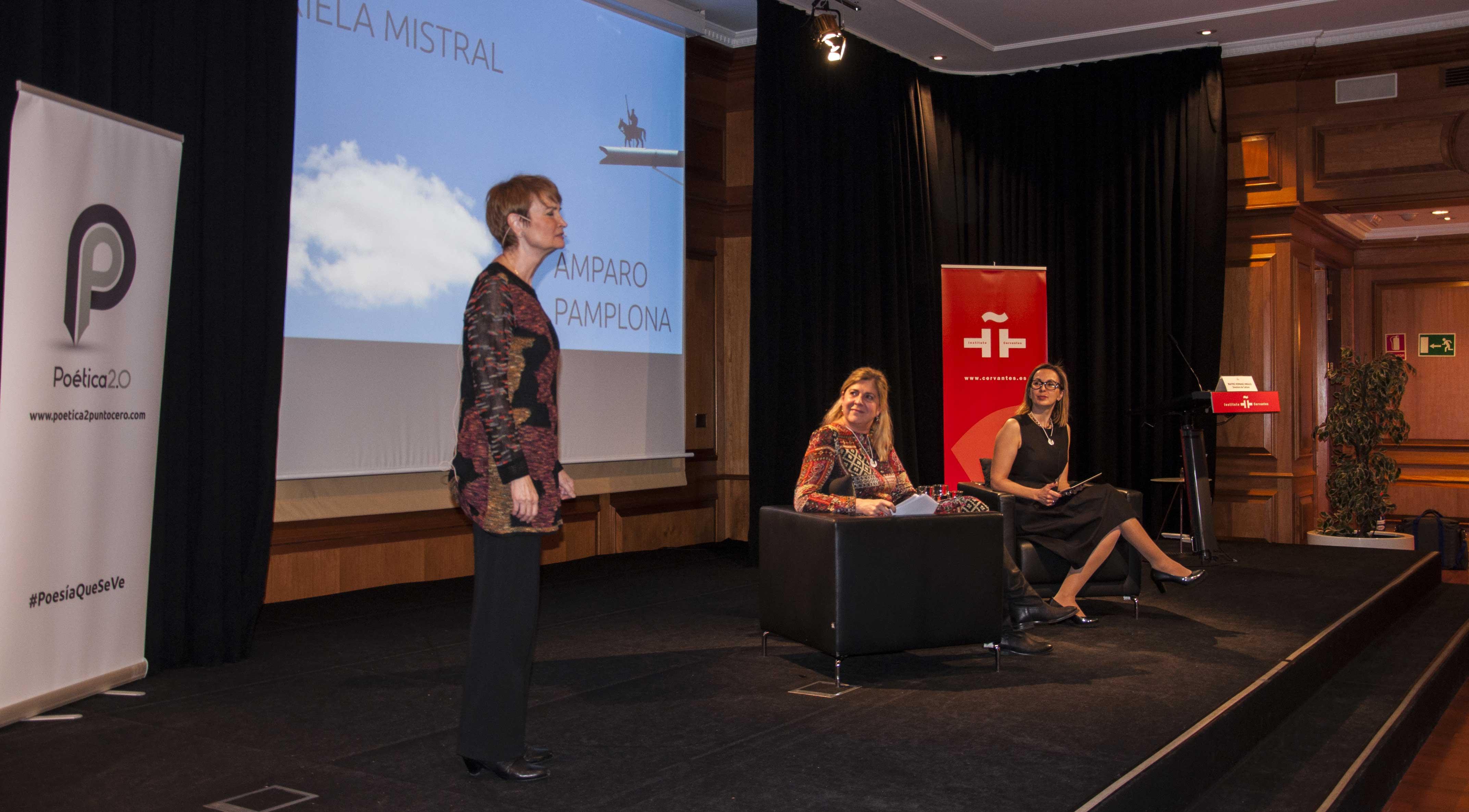 Amparo Pamplona durante su interpretación del poema 'El ruego' de Gabriela Mistral.