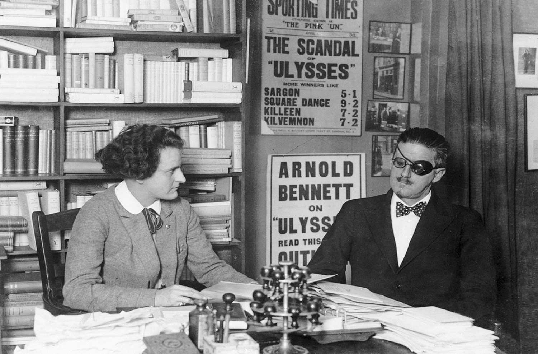 Sylvia y Joyce departen en la librería.