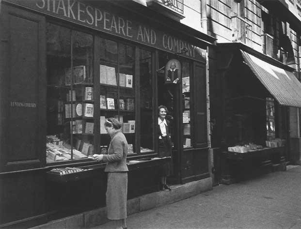 Sylvia Beach en la entrada de su librería, en la Rue de l'Odéon de París.