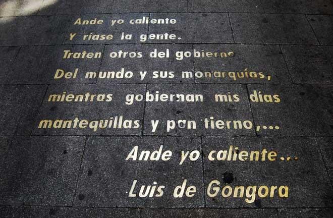 Versos de Góngora en una de las calles del Barrio de las Letras de Madrid.