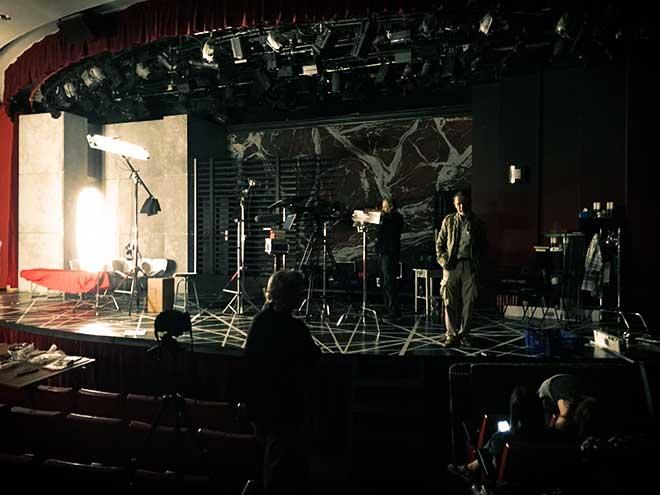 José Luis Alcaine y el equipo de Poética 2.0 se preparan para la grabación.