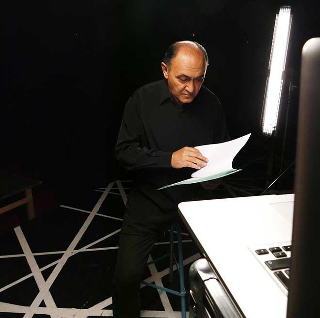 Arturo Querejeta da un último repaso al texto de Lorca antes de la grabación.