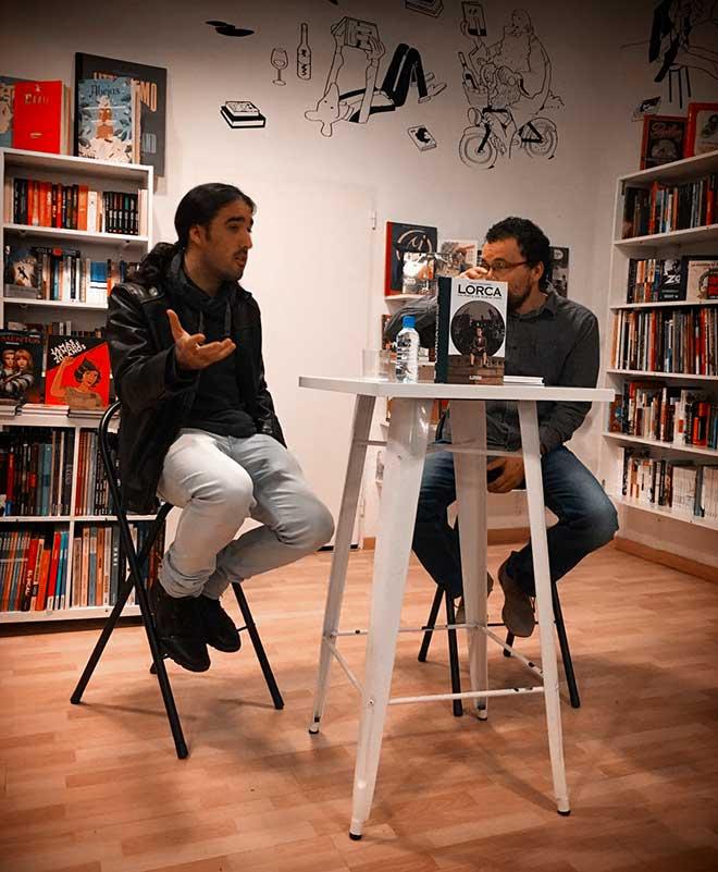 Carles Esquembre durante una reciente presentación de su novela gráfica en la librería Bartleby de Valencia.