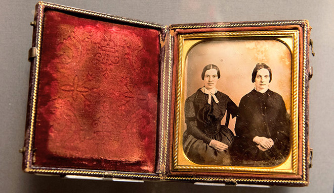 Un posible retrato de Emily Dickinson (a la izquierda) y Kate Scott Turner descubierto en 2012. (Foto: New York Times)