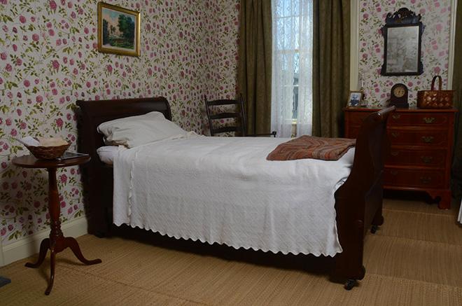 El dormitorio de Emily Dickinson, reproducido en la exposición.