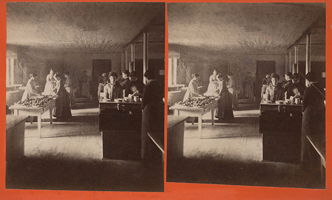 Vista estereoscópica de estudiantes en Mount Holyoke realizando tareas domésticas.