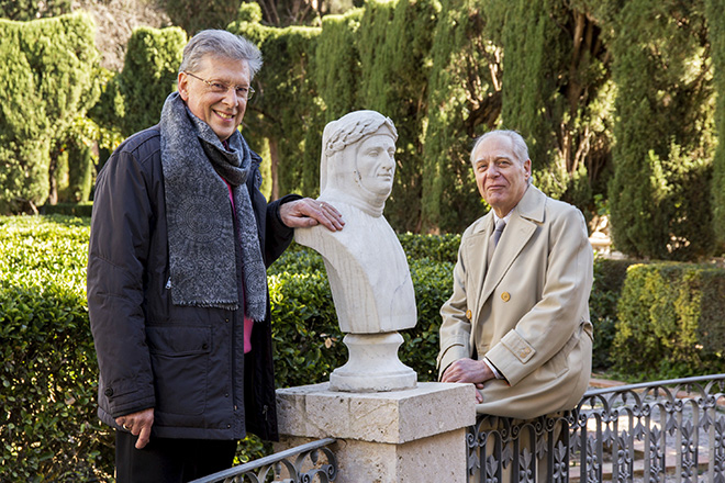 Robert Archer y Guillermo Carnero posan junto a un busto de Dante. Imagen de Biel Aliño.