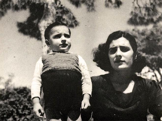 Josefina Manresa, esposa de Miguel Hernández, y su hijo Manuel Miguel