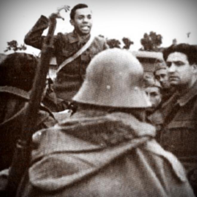 Miguel Hernández arenga a un grupo de soldados durante la guerra civil.