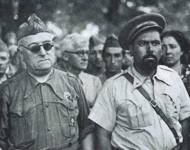 Valentín González 'El campesino', a la derecha de la imagen, junto al general Miaja.