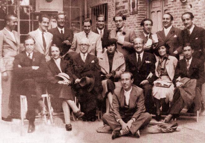 Miguel Hernández (primero por la izquierda) y Pablo Neruda (segundo por la derecha) durante un homenaje a Vicente Aleixandre en 1934.
