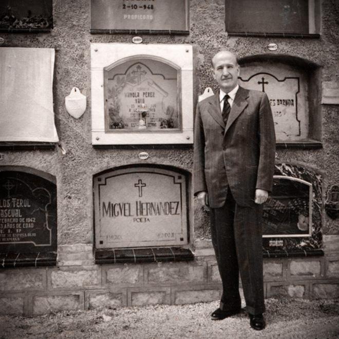 Vicente Aleixandre junto a la tumba de Miguel Hernández.