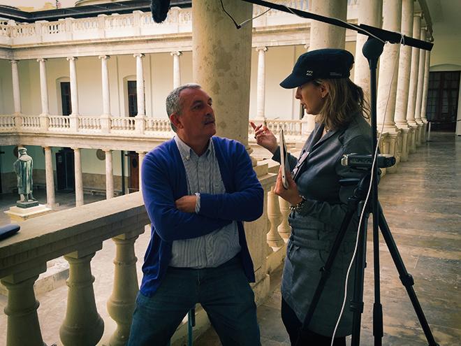 Mar Gómiz de Poética 2.0 conversa con el poeta Joan Navarro durante un rodaje en La Nau.