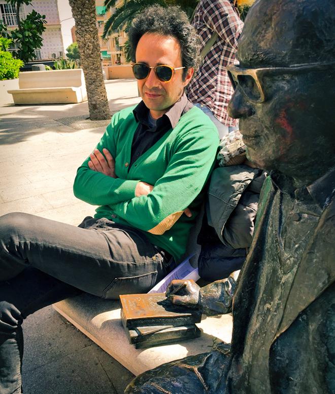 El actor Xavo Giménez junto a la estatua de Estellés en la plaza Emilio Castelar de Burjassot.