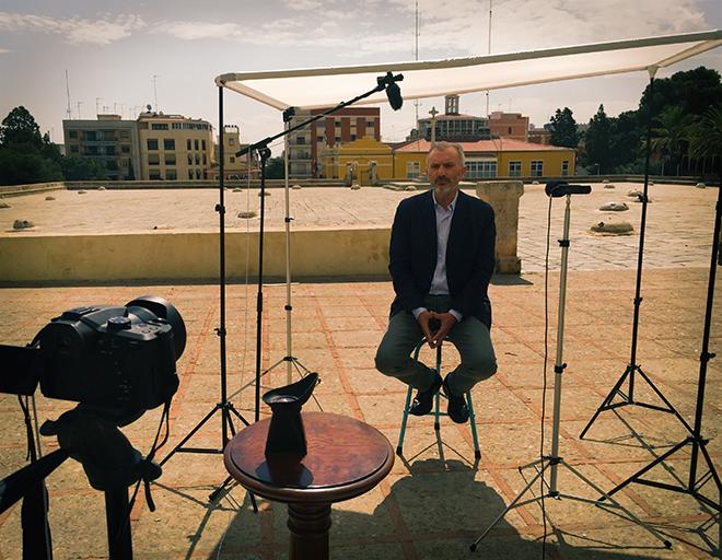 El actor Antonio Valero durante una grabación en el Patio de los Silos de Burjassot.