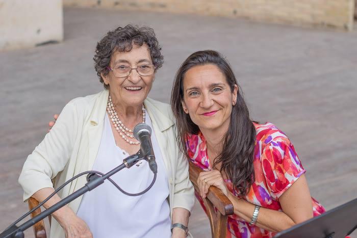 Pilar Verdú, actual directora de Polimnia, con la poeta Paca Aguirre.